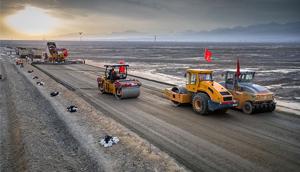 新疆新闻——吐小高速全线采用中大水稳大厚度整体成