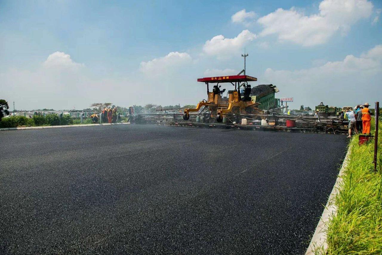 """济青高速致力于打造中国第一条真正意义上的横向""""一字坡""""""""四改八""""路面"""