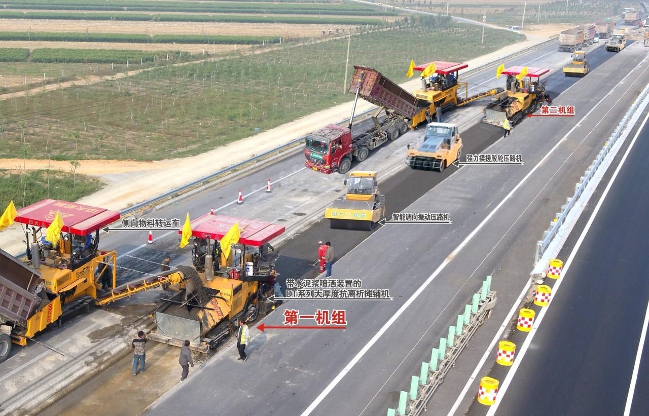 济青高速双机组同步大厚度快速连铺连压初凝期内一次整体成型水稳摊铺工法