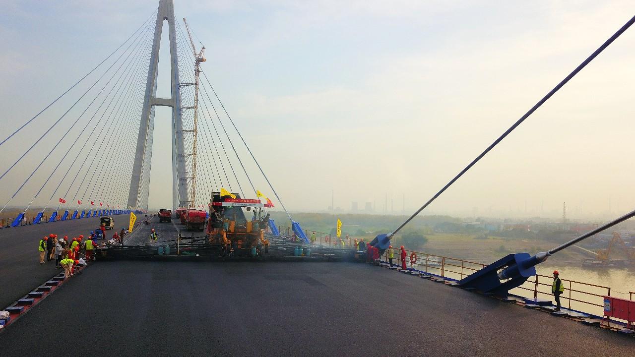 中大机械圆满完成青山长江大桥19.75米全幅路面摊铺
