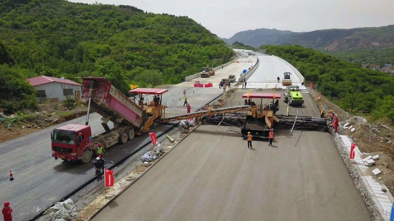 山东济泰高速16米宽水稳基层 连铺连压初凝期内整体成型施工