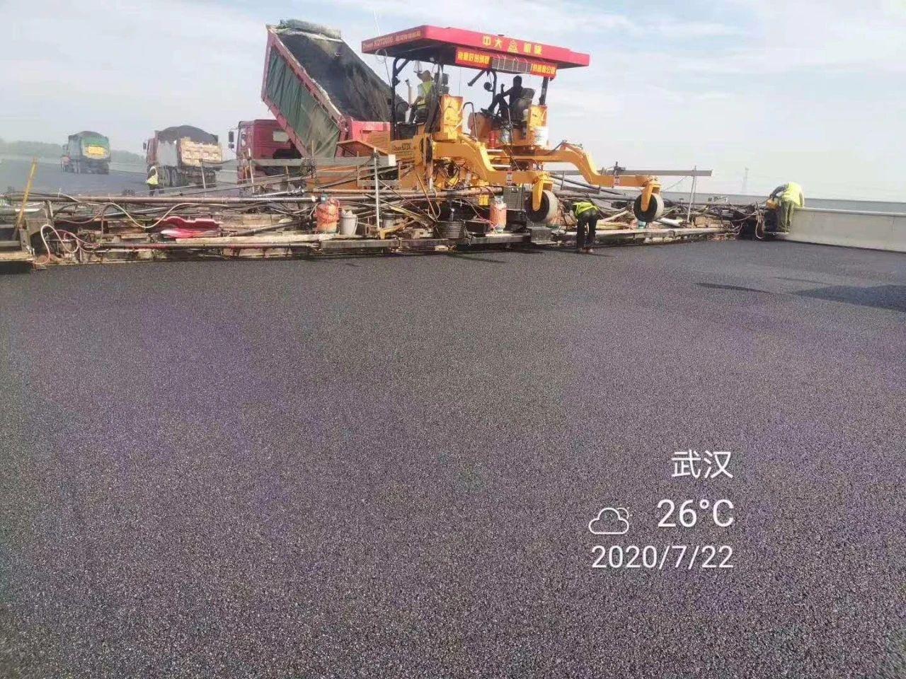 中大抗离析摊铺机在武汉北四环进行19.5m宽一字坡无纵缝上面层沥青摊铺